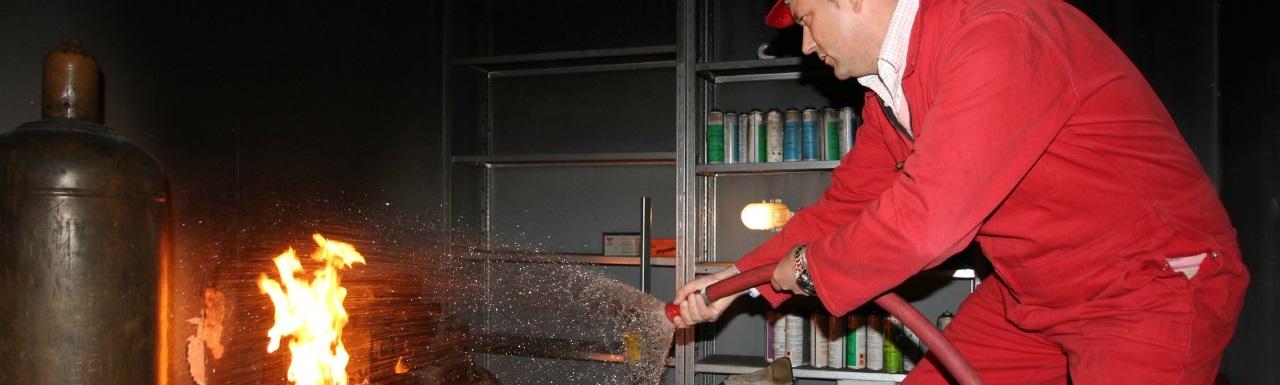 Cursist blust brand tijdens BHV cursus