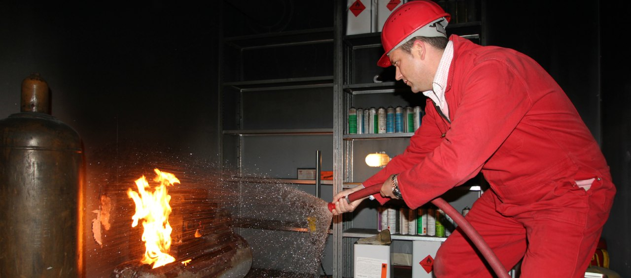 Cursist blust brand tijdens een Basis BHV cursus